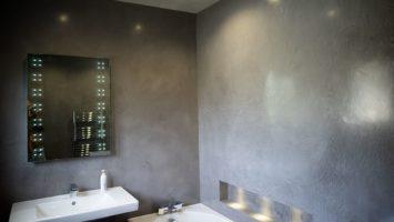 Banyoda brüt beton duvarlar